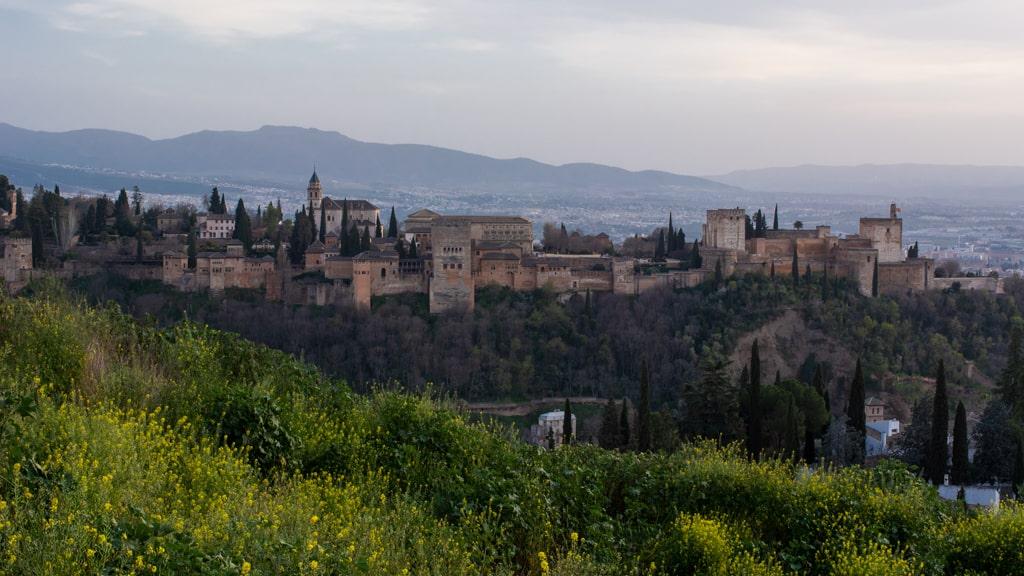 Widok na Alhambrę w Granadzie ze wzgórz dzielnicy Albaicin