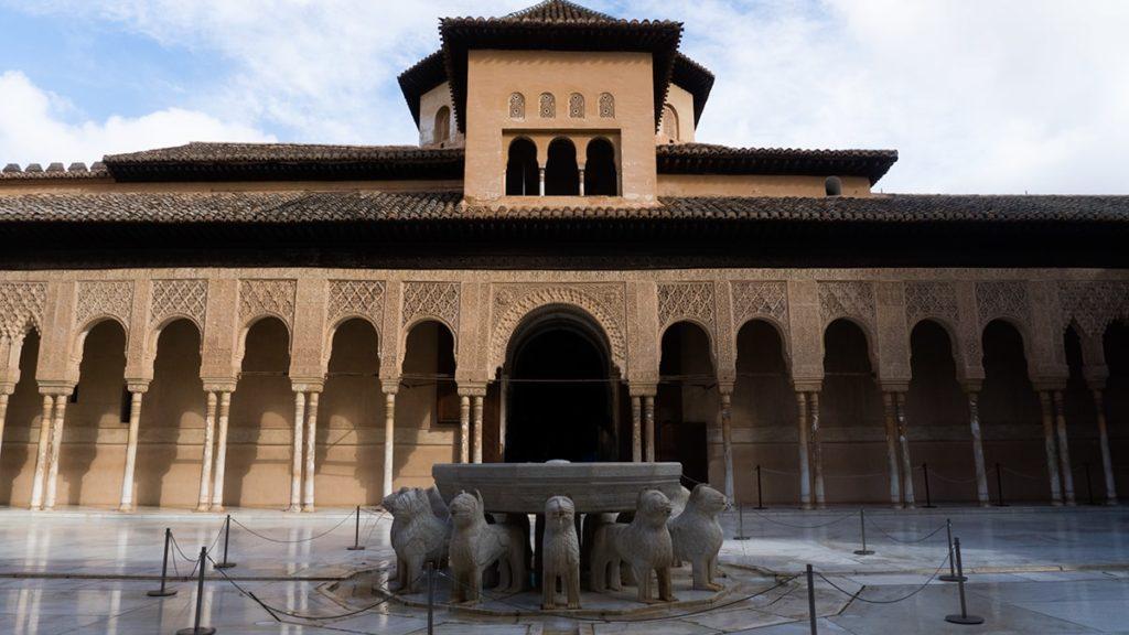 Patio de los Leones w Alhambrze